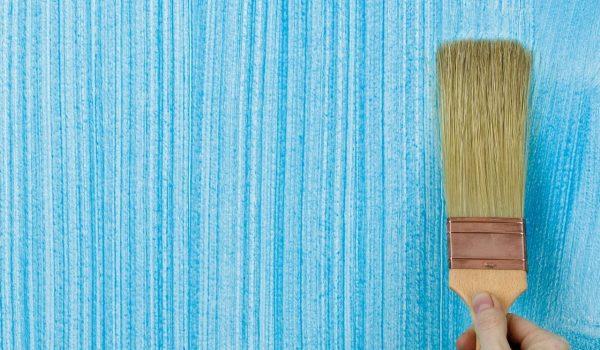 Как наносить структурную и объемную краску для стен своими руками с эффектом шероховатости и бетона, под камень или воск, с фактурой мелких хлопьев и глубокими рельефами?