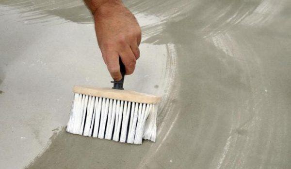 Нужна ли грунтовка стен перед укладкой керамической плитки: обзор вариантов и техника нанесения