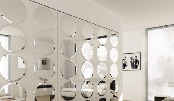 Как клеить плитку из зеркал в квартире на стену и потолок в коридоре, прихожей или ванной, какие бывают разновидности материала