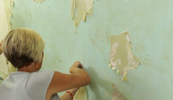 Если обои приклеены крепко, как их можно снять со стены в домашних условиях: варианты, как быстро снять старые обои