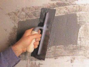 Глубокие дыры, то есть сколы проще заделывать при помощи ремсоставов. Это специальная цементная смесь, отличающаяся ускоренным затвердеванием. А с мелкими либо неглубокими дырами и щелями поможет справиться обыкновенная грунтовка.