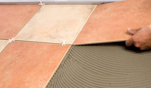 Когда можно и нужно замачивать плитку из керамики перед кладкой, а когда водные процедуры противопоказаны перед работами, нужно ли замачивать