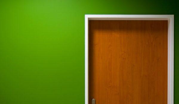 Как защитить внутренние и наружные уголки на стенах пластиковыми или силиконовыми накладками: декоративная отделка в квартире
