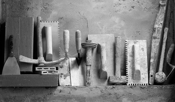 Какие нужны инструменты для оштукатуривания стен на разных этапах: шпатель и другие материалы для выравнивания