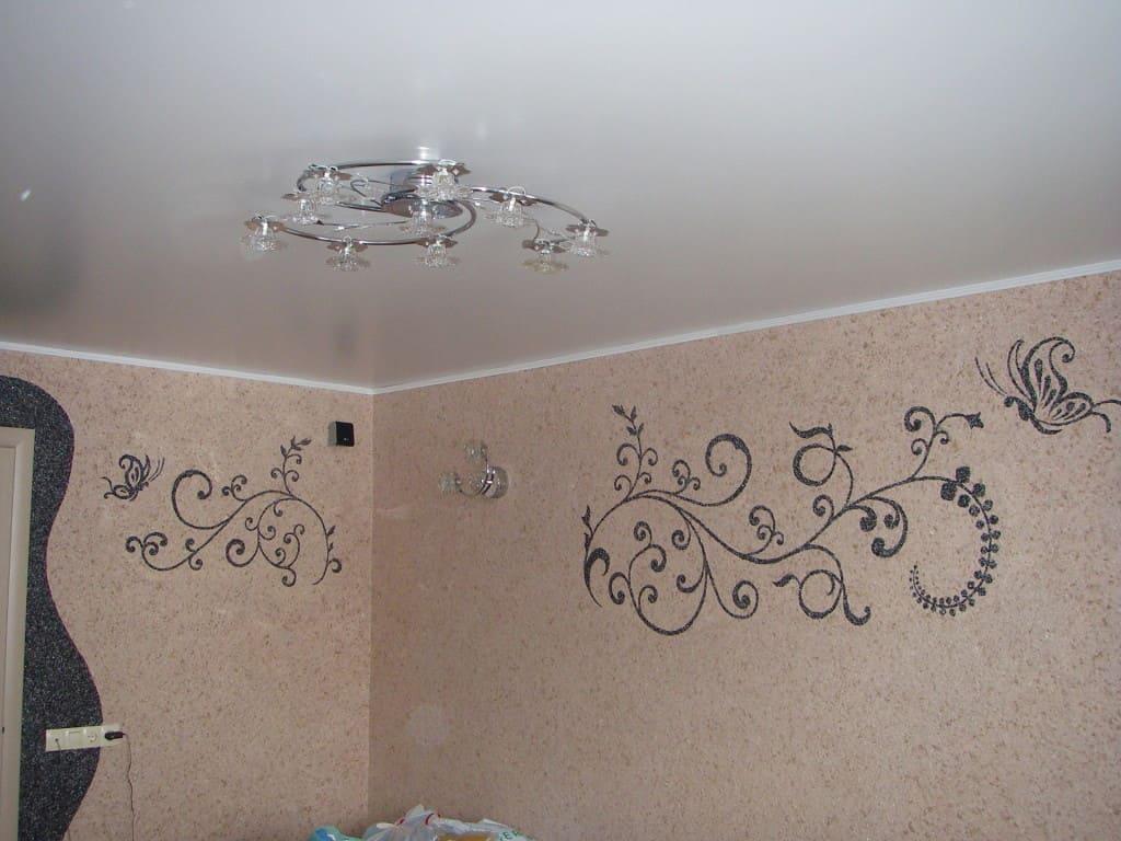 рисунок жидкими обоями на стене