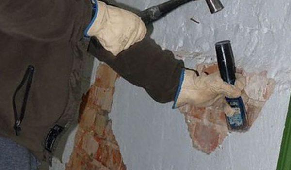 Варианты удаления старой или свежей штукатурки со стен: как снять декоративную смесь без пыли, используя шпатель, зубило или молоток?