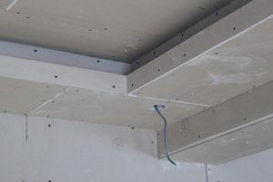 Для хорошего покрытия стыков и углов грунтовкой используют щеточку.