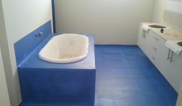 Как сделать герметизацию ванной комнаты в углах, щелях между стеной и ванной, у двери, у подоконника