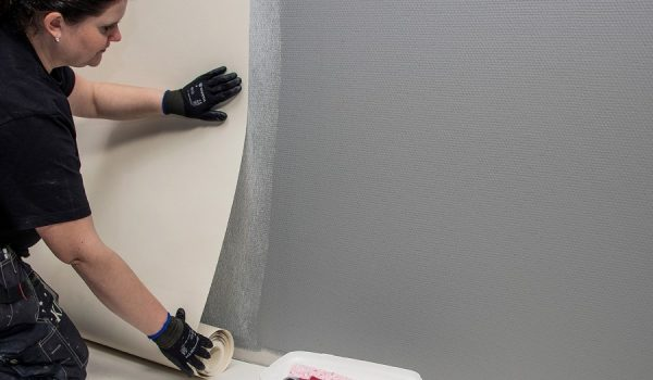Поклейка обоев на бетонную стену без грунтовки или шпаклевки: можно или нет? В чем риски, и как выбрать нужные материалы для работы