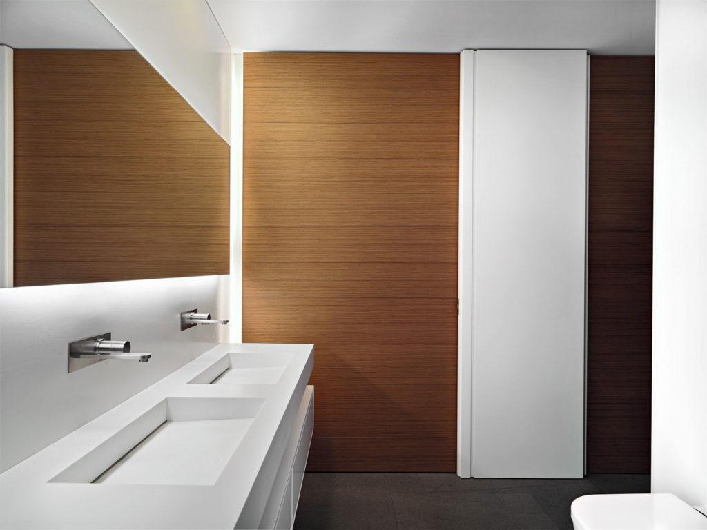 ламинат в ванной на стене
