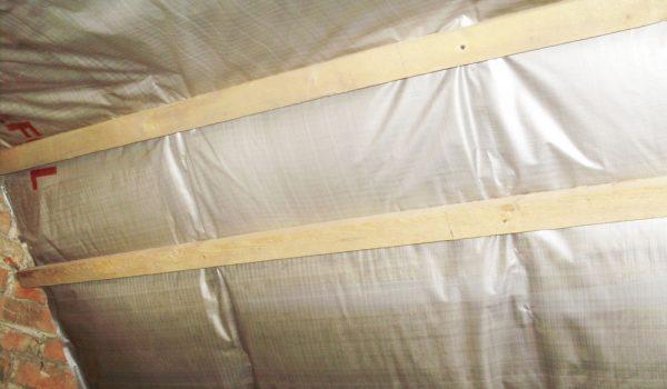 Как правильно укладывать пароизоляционную мембрану или пленку внутри дома: какой стороной клеить, виды крепления и варианты монтажа