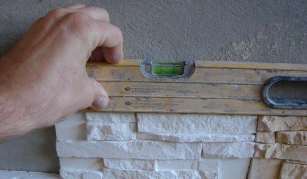 Особенности внутренней отделки искусственным камнем: как укладывать первый ряд, на что лучше клеить и как оформить под обои