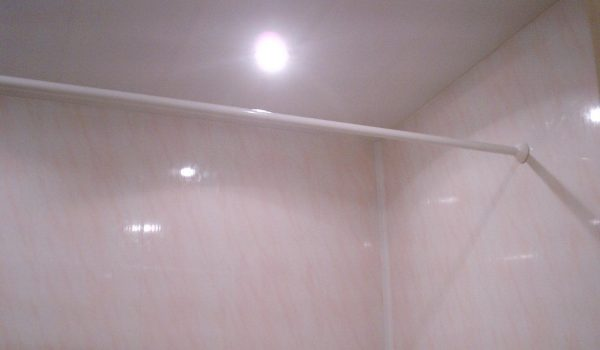Как наклеить стеновые пластиковые панели на потолок или стены в ванной комнате: требования к отделочным материалам, уход после монтажа