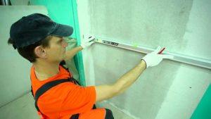 выравнивание стен клеем под плитку