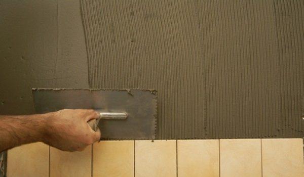 Стоит ли выравнивать стены с помощью плиточного клея: преимущества и недостатки метода, варианты и последовательность работ