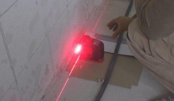Выравнивание стен штукатуркой с помощью лазерного уровня, маяков или правила: как произвести установку маячков или направляющих, какие схемы есть?
