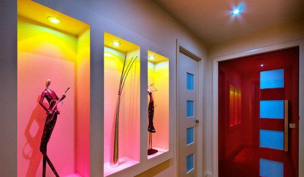 Нужна ли ниша в стене кухни, ванной или гостиной, и какие варианты декоративного оформления актуально применять?