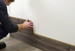 ламинат в коридоре на стене