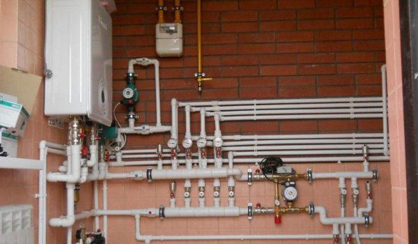 Можно ли прятать или заделывать в стене трубы отопления из полипропилена, металопластика или металла: за и против