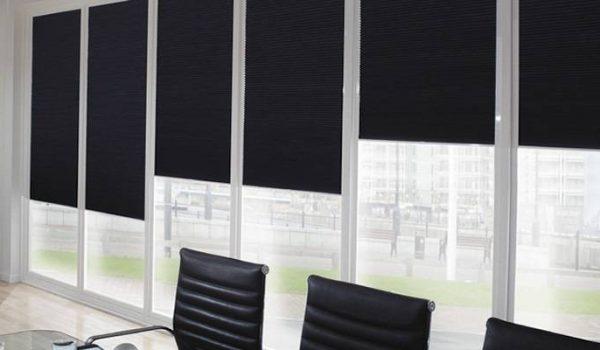 Советы, рекомендации и важные требования для того, чтобы повесить рулонные шторы на стену: как это правильно сделать?