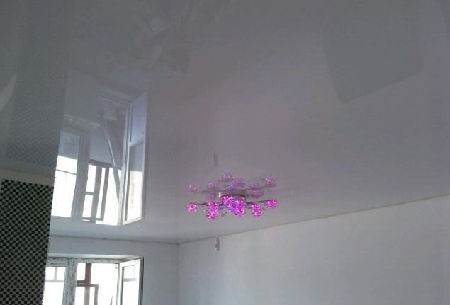 Когда натягивать потолки — до наклейки обоев или после
