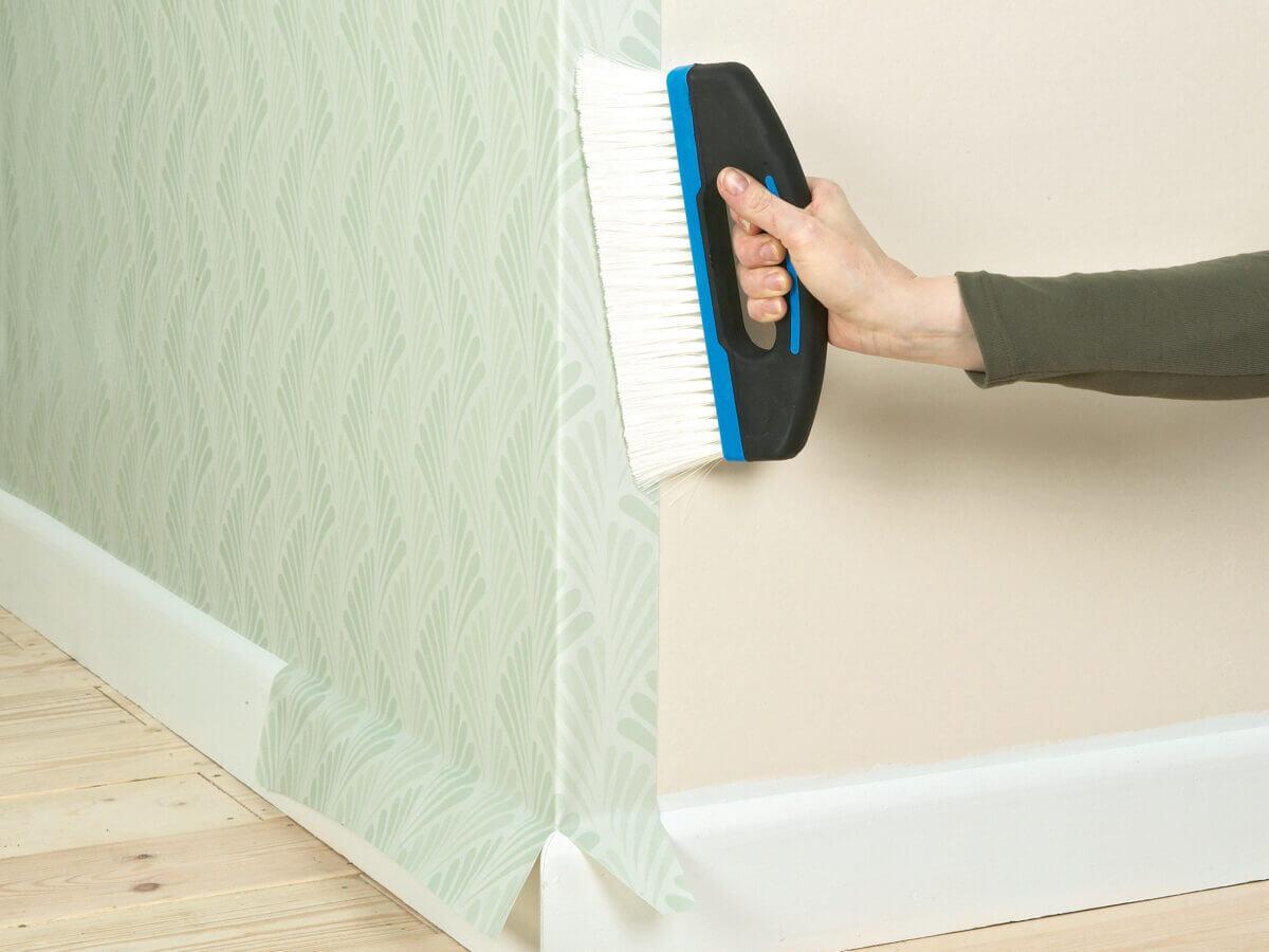 Правила оклеивания углов комнаты обоями — как подогнать рисунки